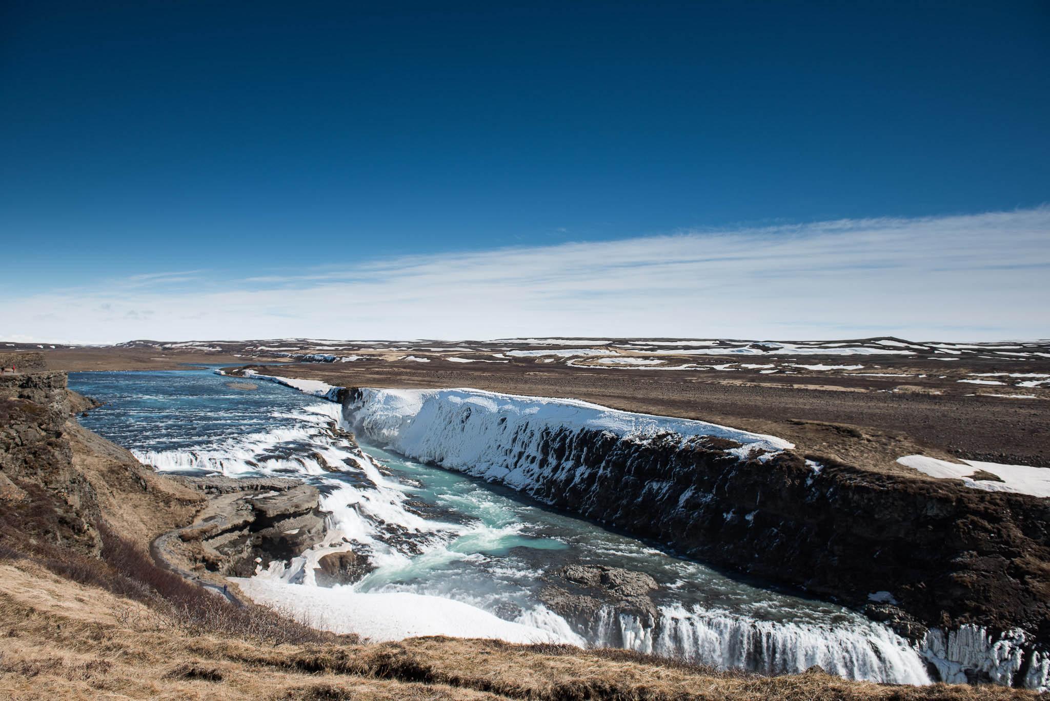 Gullfoss der skære sig igennem det øde landskab.