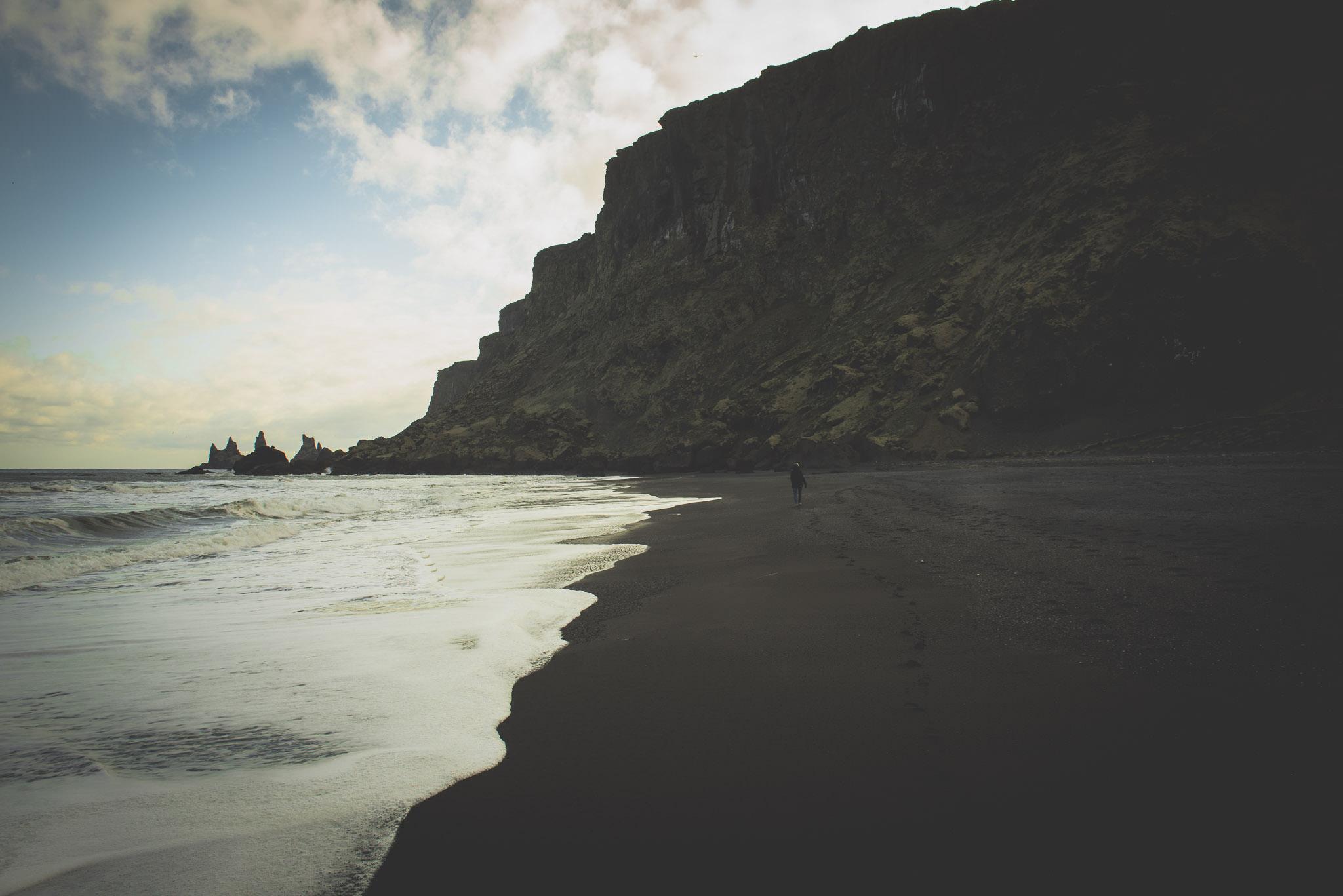 The Black Beach, der ligger ved byen Vik. Al andet er sort, indpakket i bjerge og et aktivt fugleliv, er det et besøg værd.