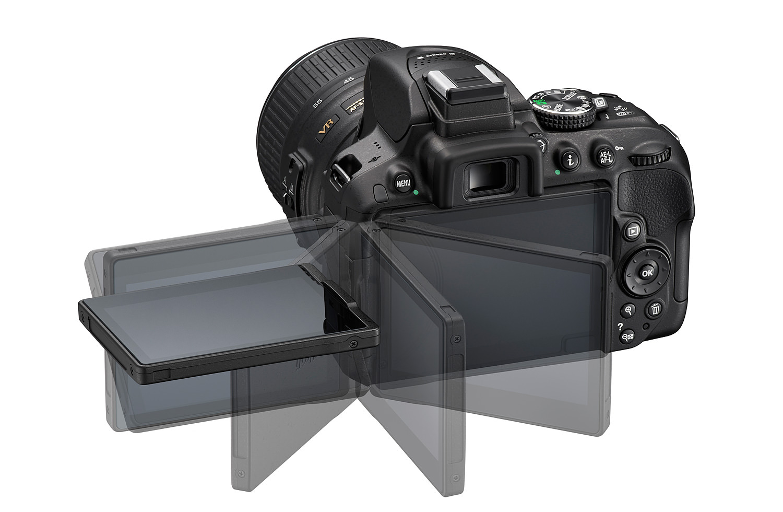 """Nikon D5300 er et kamera i hvad man nok ville kalde """"begynder"""" klassen - og selv om man må kigge længe efter vejrforsejling og magnesium hus, så ville jeg ikke være bange for at tage Nikon D5300 med ud i en regnbyge eller for den sags skyld en tur i regnskoven."""