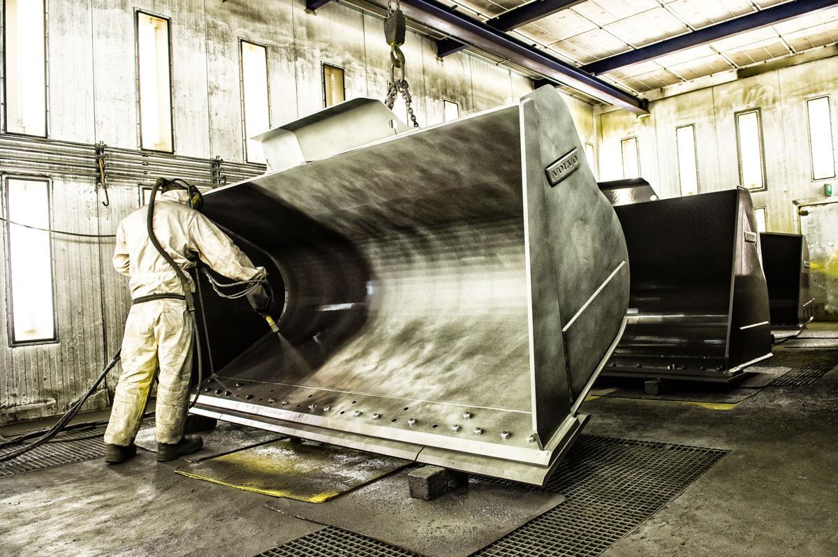 Alt bliver gjort på fabrikken. De rå stålplader kommer ind, og de færdige produkter klar til brug kommer ud.