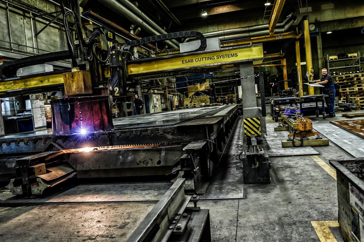 I en af de store haller står flere laserskærer-maskiner. De skærer gennem tykke stålplader, som var det smør.