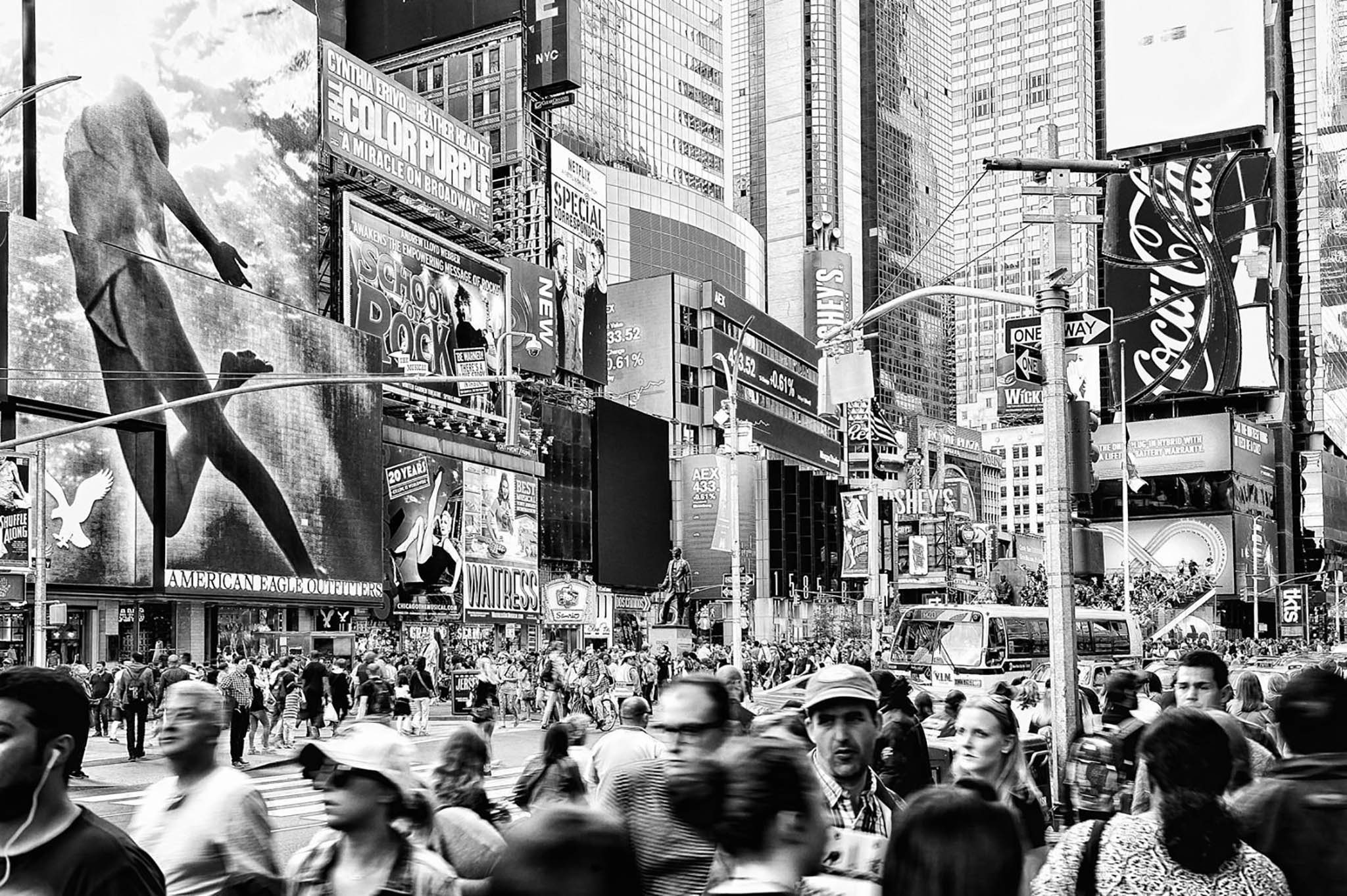 Times Square er et vildt sted at opholde sig. De visuelle og de audiovisuelle indtryk er massive og overvældende. Jeg forestiller mig, at det let kan blive for meget, og at man får trang til at flygte fra det. Som kvinden på den dobbelte bilboard. Bare lette og flyve væk fra det hele...