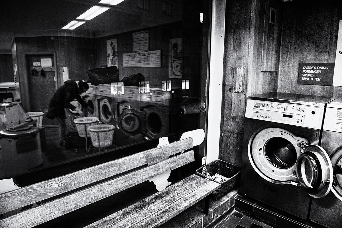 Min vaskemaskine strejkede, vasketøjet hobede sig op, og jeg måtte finde et alternativ, da jeg er alt for doven til at vaske et ton tøj i hånden. Minsanten om ikke der ligger et møntvaskeri lige nede om hjørnet.
