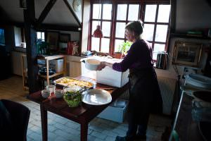 Mie Buus fra NaturmadThy serverer forbereder middag.