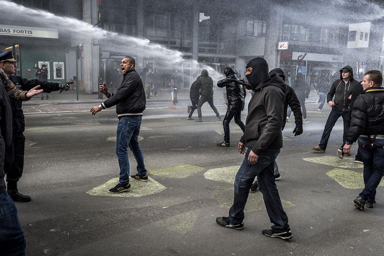 Højreradikale mødte op på Place de la Bourse og forstyrrede, hvad der skulle have været en fredelig mindehøjtidelighed i respekt for de dræbte under det nylige terrorangreb i Brussel. De højreradikale forlangte, at IS skulle bekæmpes med magt og ikke med lys. Om morgenen den 22. marts 2016 blev Brussel ramt af tre eksplosioner, det mest voldsomme terrorangreb i Belgiens historie. Ud over de tre selvmordsbombere blev 32 tilfældige mennesker dræbt, og mere end 300 blev sårede. Terrororganisationen Islamisk Stat har taget ansvaret for bomberne – lige som de gjorde det efter terrorangrebet i Paris i november 2015. Foto og billedtekst: Asger Ladefoged.