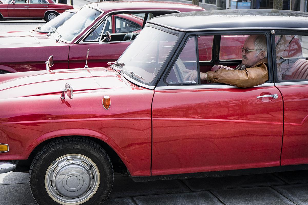 Når det går rigtigt vildt for sig i Randers, hvor jeg bor, holder der gamle biler i midtbyen til frit skue. Mest røde åbenbart.